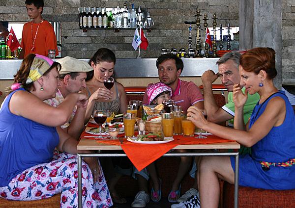 Lyudmila Artemeva, Fyodor Dobronravov, Tatyana Kravchenko, Anatoliy Vasilev, Daniil Belykh, Inna Korolyova, and Sofiya Stetsenko in Svaty 4 (2010)