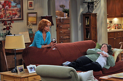 Swoosie Kurtz and Melissa McCarthy in Mike & Molly (2010)
