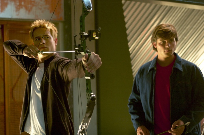 Tom Welling and Justin Hartley in Smallville (2001)