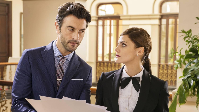 Amaia Salamanca and Javier Rey in ¿Qué te juegas? (2019)