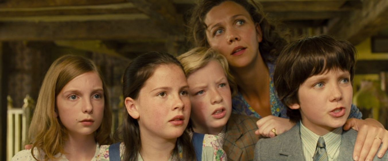 Maggie Gyllenhaal, Asa Butterfield, Eros Vlahos, Rosie Taylor-Ritson, and Lil Woods in Nanny McPhee and the Big Bang (2010)
