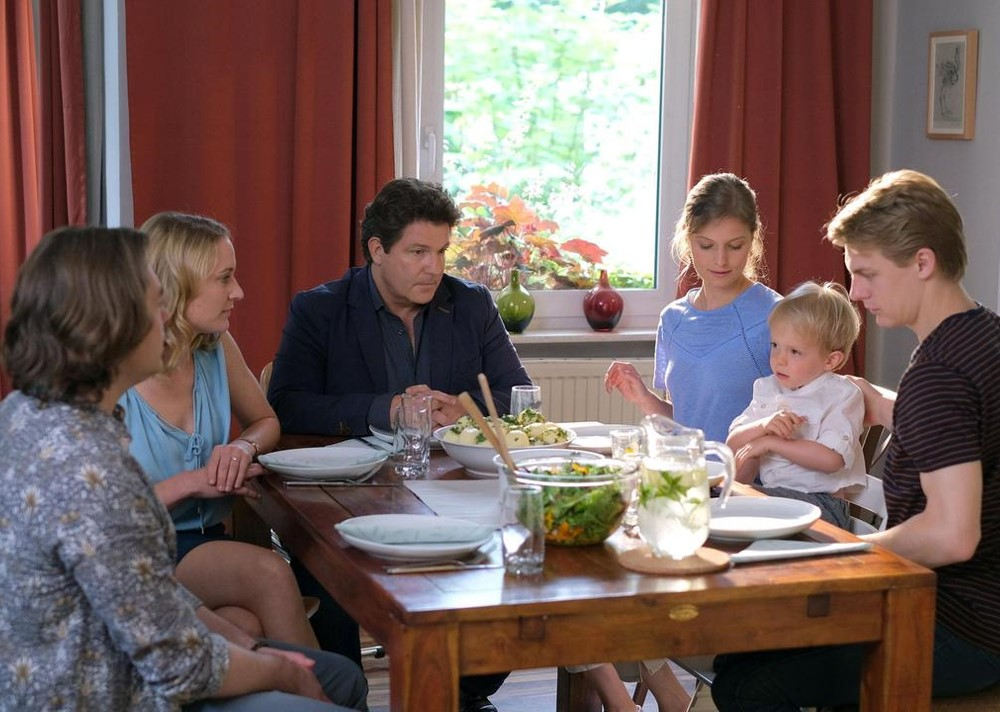 Francis Fulton-Smith, Meo Wulf, Fabienne Haller, Christina Athenstädt, and Frederic Böhle in Familie Dr. Kleist (2004)