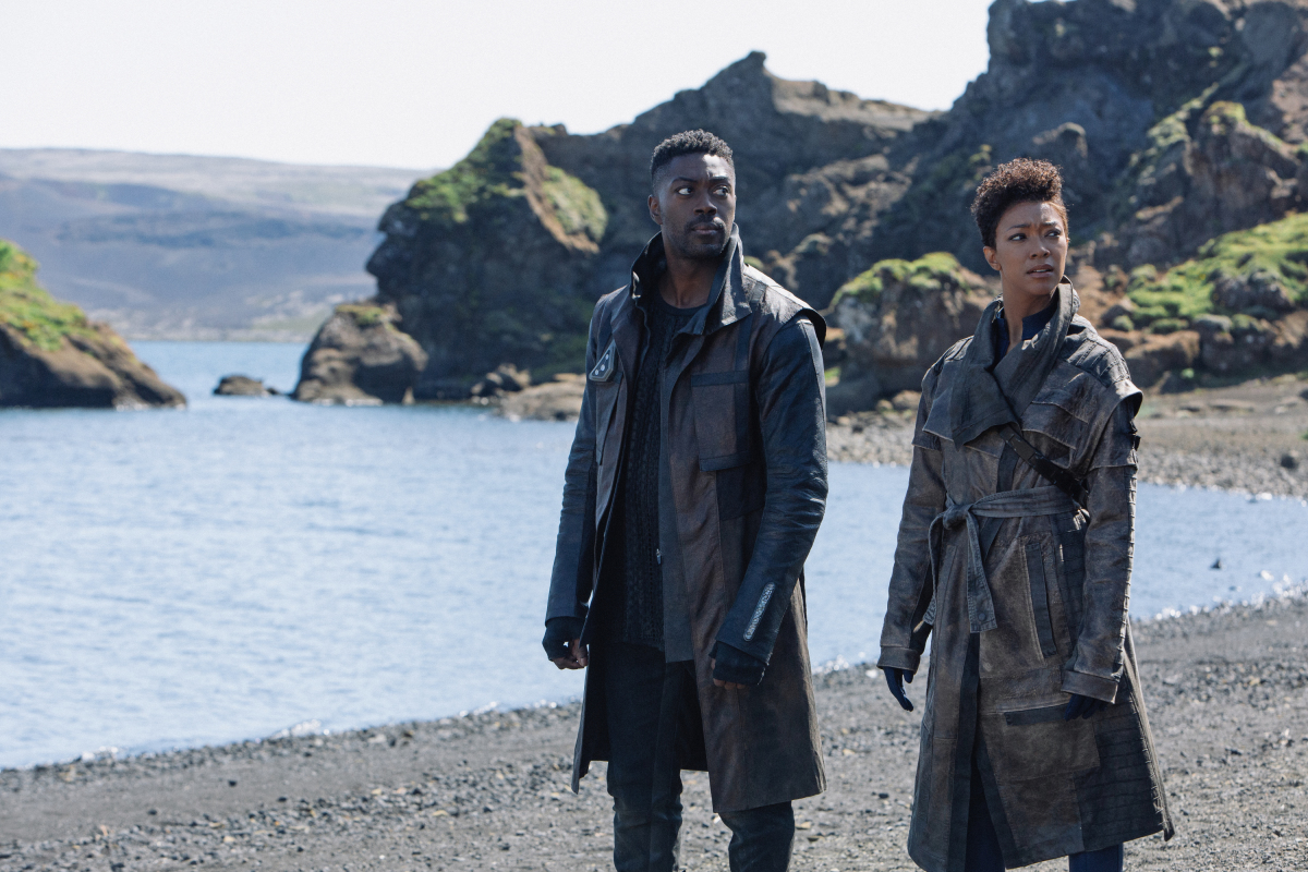 Sonequa Martin-Green and David Ajala in Star Trek: Discovery (2017)