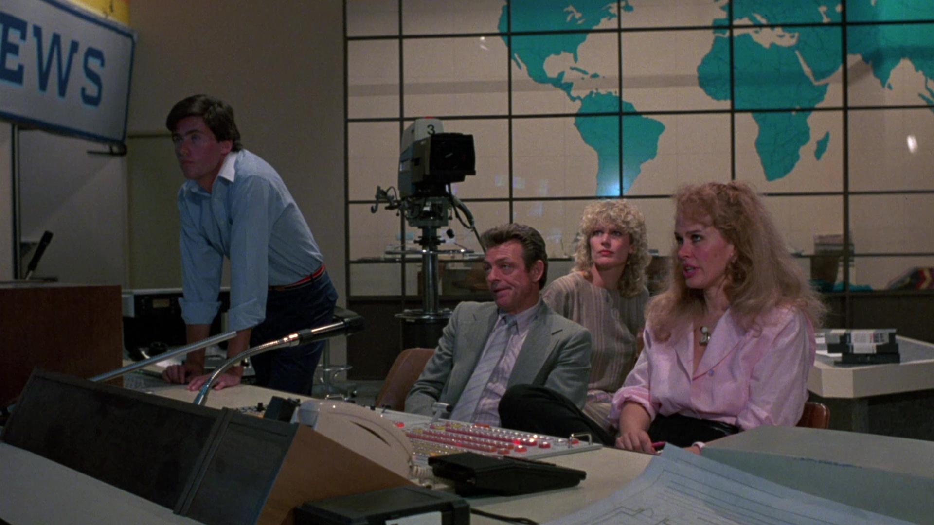 Karen Black and Richard Bright in Inferno in diretta (1985)