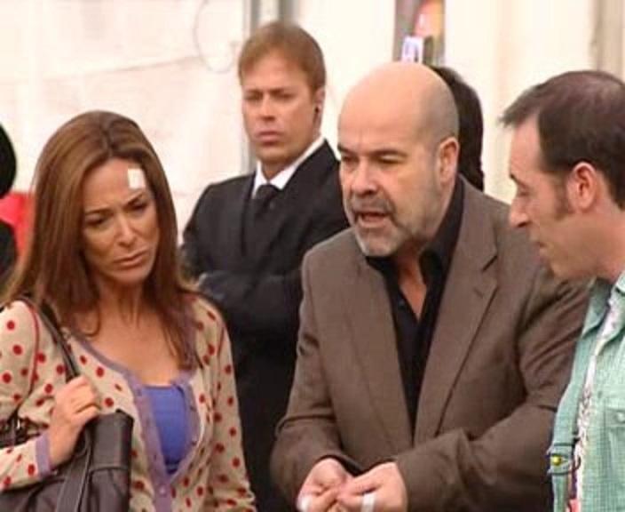 Lydia Bosch and Antonio Resines in Los Serrano (2003)