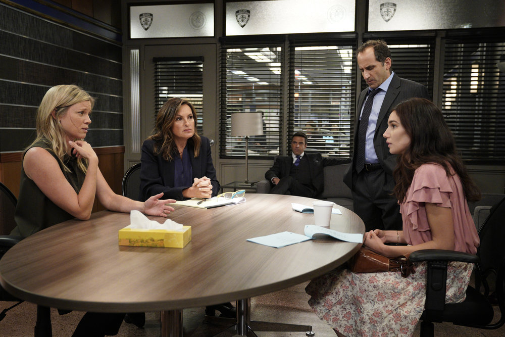 Mariska Hargitay, Amy Smart, Peter Jacobson, Raúl Esparza, and Mariela Garriga in Law & Order: Special Victims Unit (1999)
