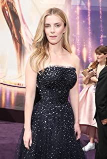 Betty Gilpin Picture