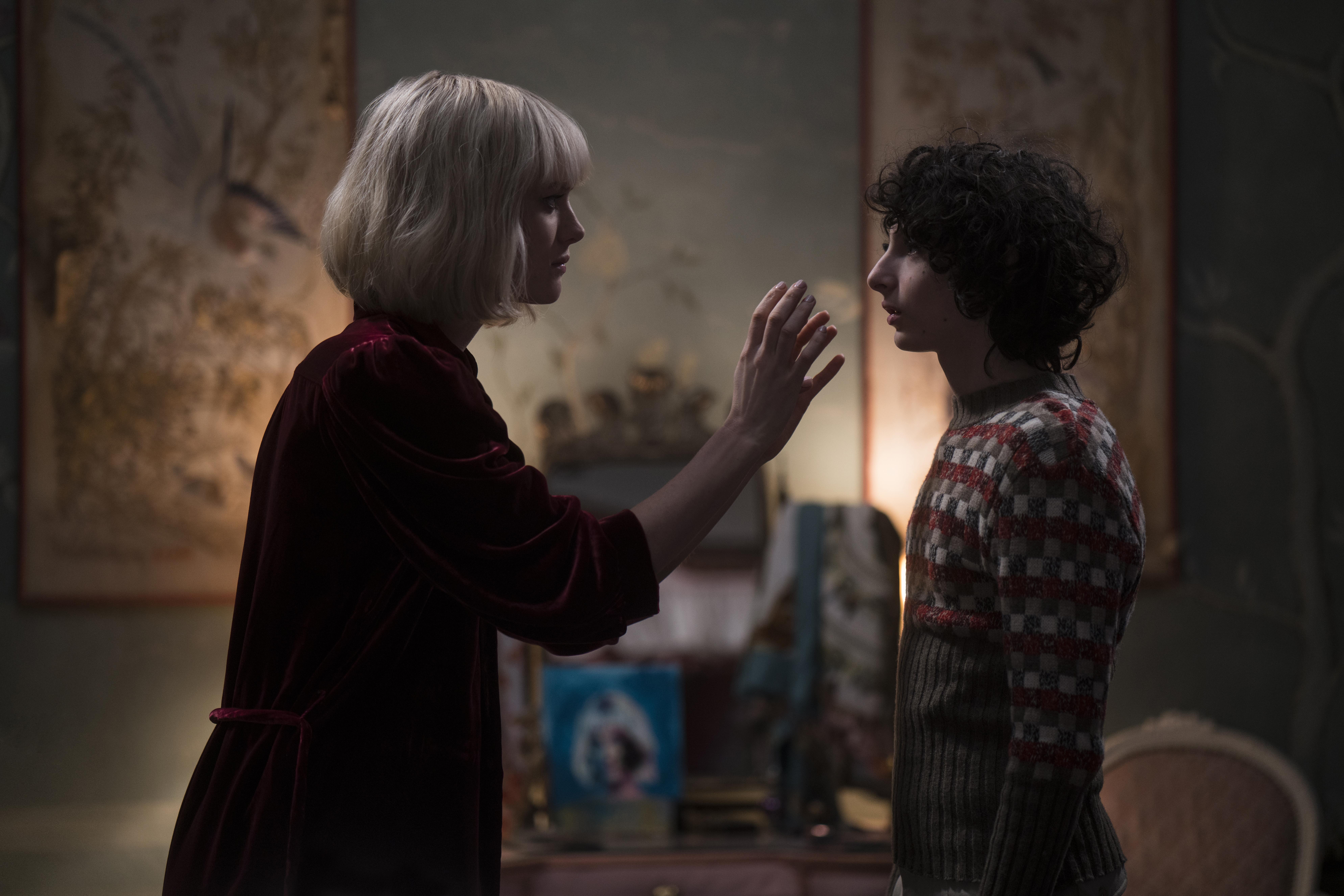 Mackenzie Davis and Finn Wolfhard in The Turning (2020)