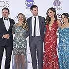 Arianne Benedetti, Drew Fuller, Valerie Domínguez, Robin Duran, and Regina Barletta at an event for Más que hermanos (2017)