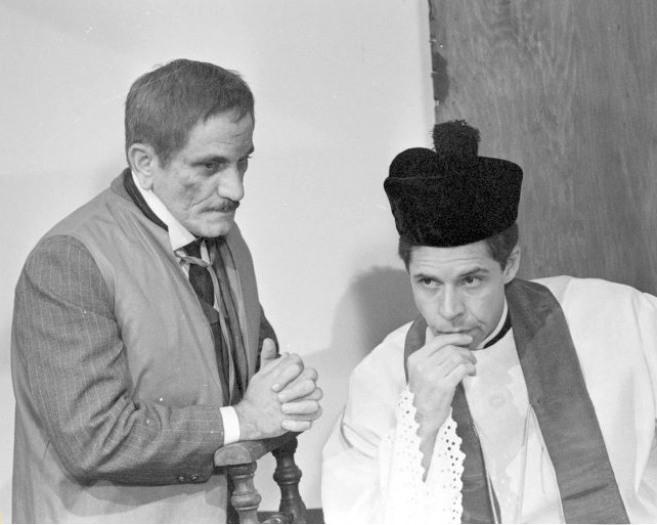 Hélio Ary and Paulo Gonçalves in O Casarão (1976)