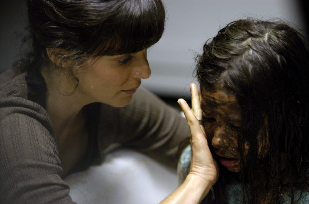 Aitana Sánchez-Gijón and Yaiza Esteve in Bosque de sombras (2006)