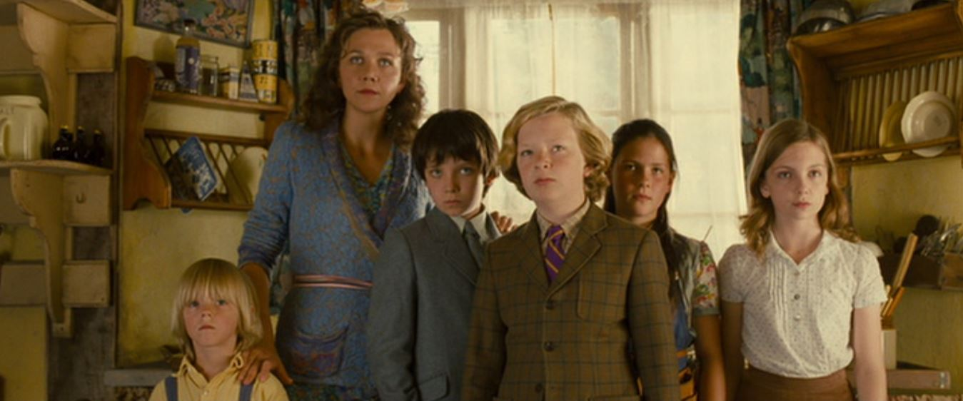 Maggie Gyllenhaal, Asa Butterfield, Eros Vlahos, Rosie Taylor-Ritson, Lil Woods, and Oscar Steer in Nanny McPhee and the Big Bang (2010)