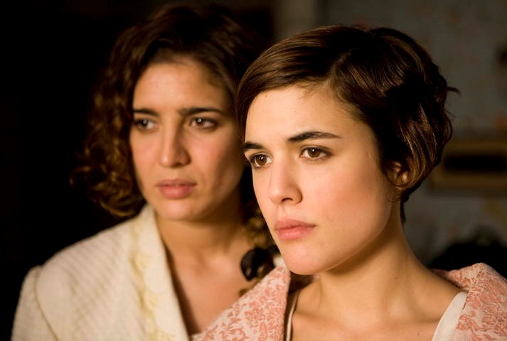 Lucía Jiménez and Adriana Ugarte in La señora (2008)