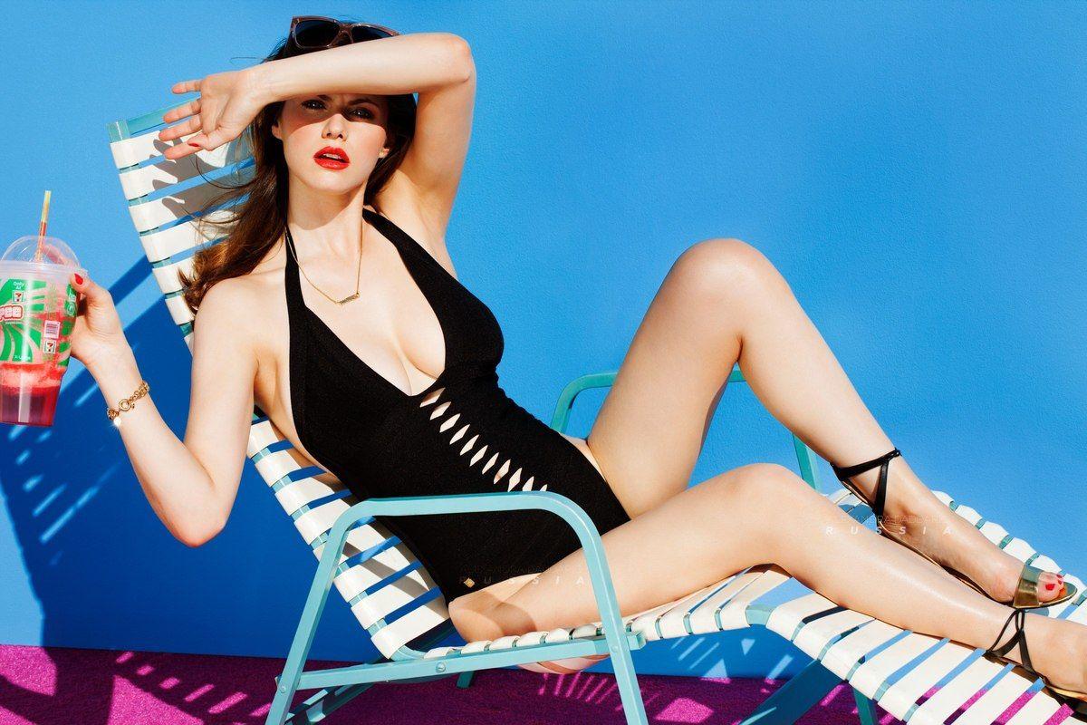 Alexandra daddario legs