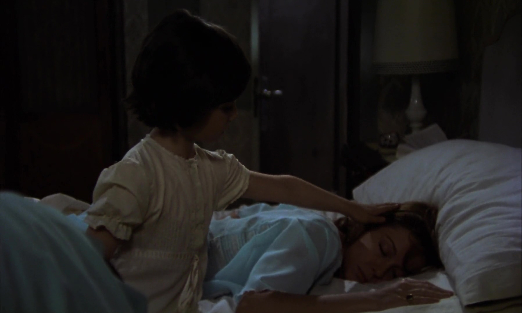 Mónica Randall and Ana Torrent in Cría cuervos (1976)