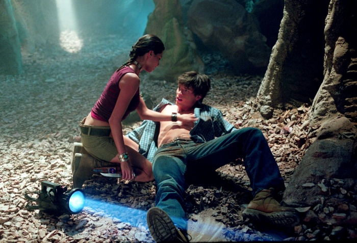 Tom Welling and Amara Zaragoza in Smallville (2001)