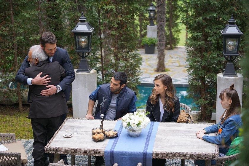 Ali Sürmeli, Miray Akay, Yusuf Çim, Baran Bölükbasi, and Bahar Sahin in Servet (2018)