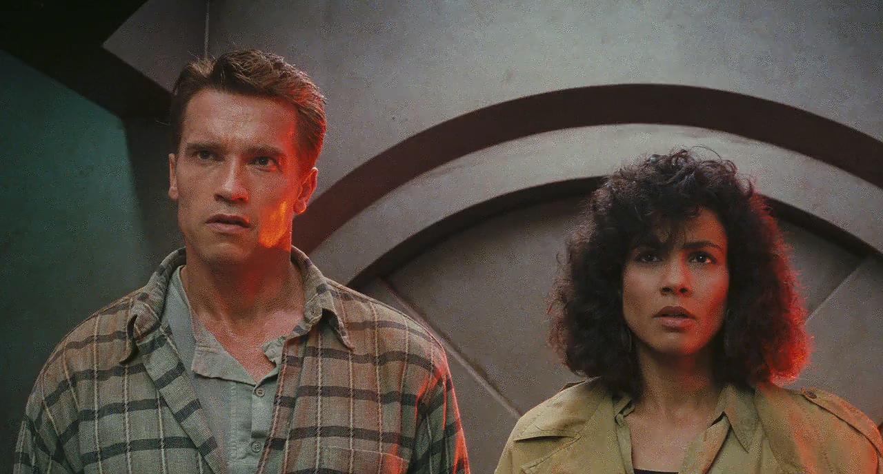 Arnold Schwarzenegger and Rachel Ticotin in Total Recall (1990)