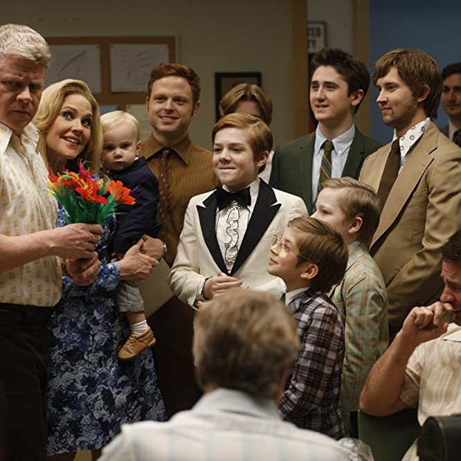 Mary McCormack, Michael Cudlitz, Sawyer Laucius, Jack Gore, Sawyer Barth, Sam Straley, Caleb Foote, and Santino Barnard in The Kids Are Alright (2018)