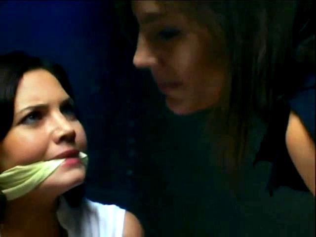 Delphine Chanéac and Sophie Duez in Laura, le compte à rebours a commencé (2006)