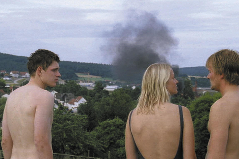 Trine Dyrholm, Devid Striesow, and Lennie Burmeister in Bungalow (2002)