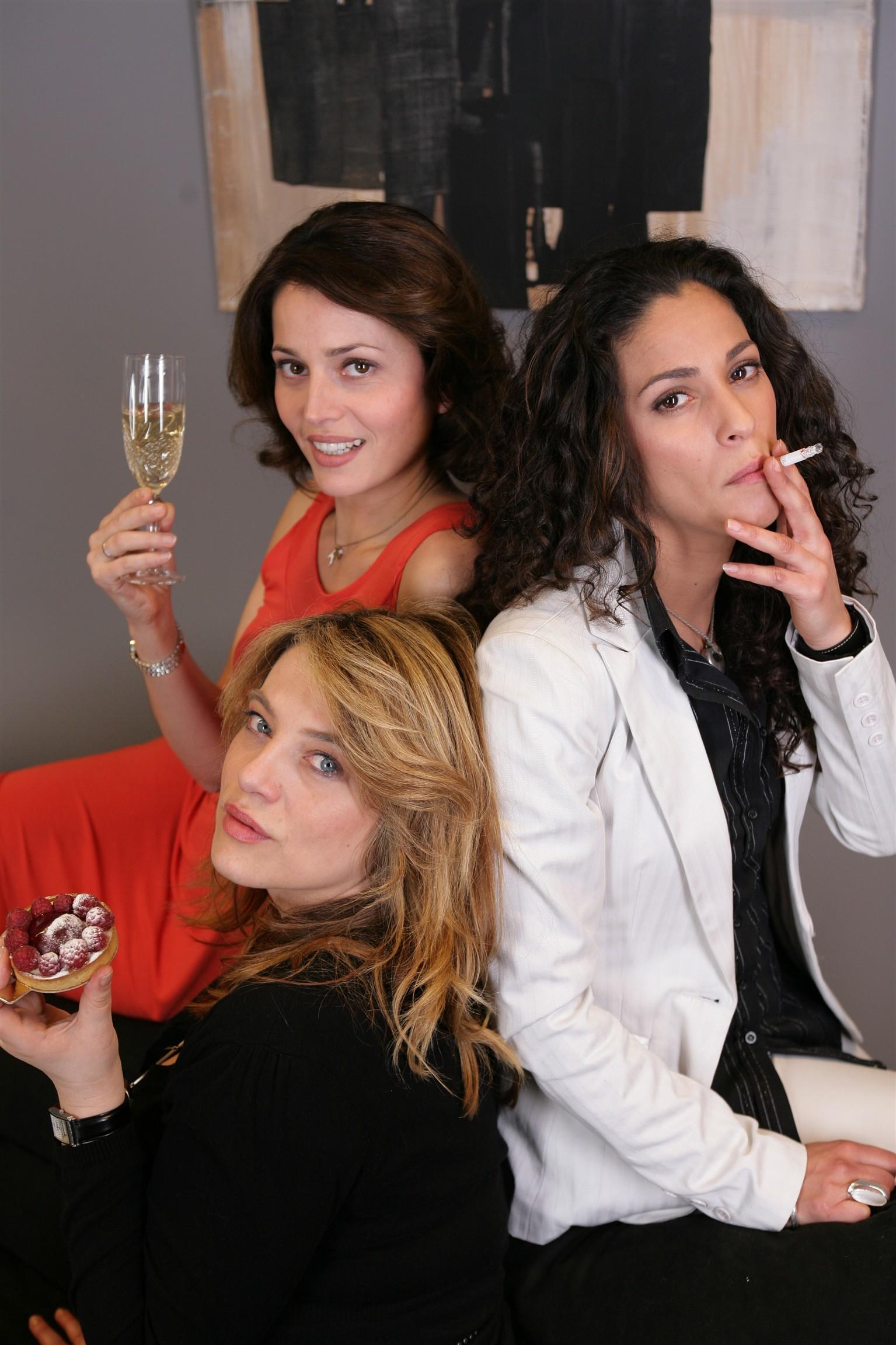 Anne Charrier, Eva Mazauric, and Samira Lachhab in État de manque (2008)