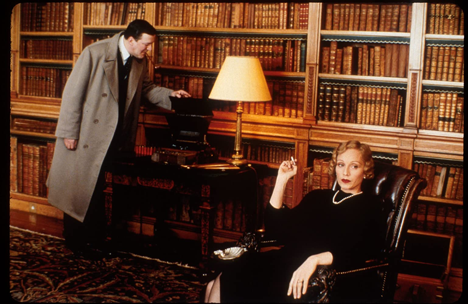 Kristin Scott Thomas and Stephen Fry in Gosford Park (2001)