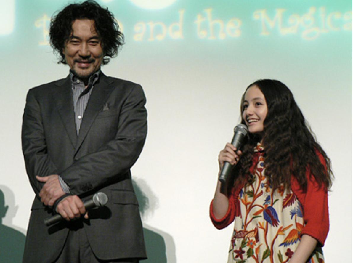 Still of Ayaka Wilson and Koji Yakusho at an event for Paco to maho no ehon