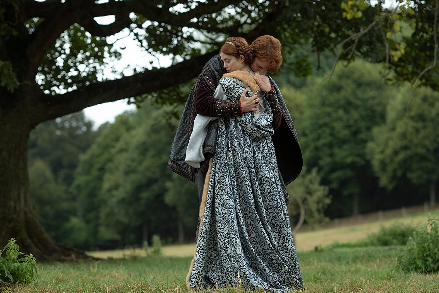 Charlotte Hope and Ruairi O'Connor in The Spanish Princess (2019)