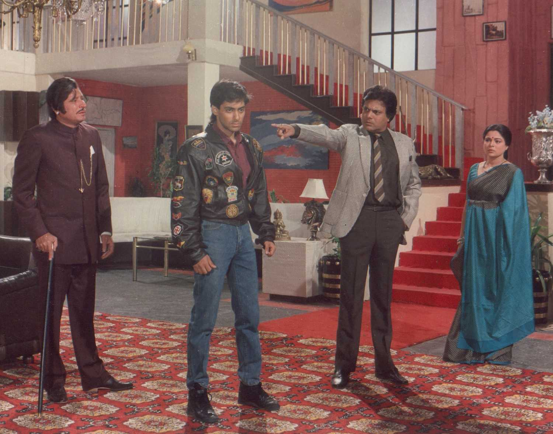 Salman Khan, Reema Lagoo, Ajit Vachani, and Rajeev Verma in Maine Pyar Kiya (1989)