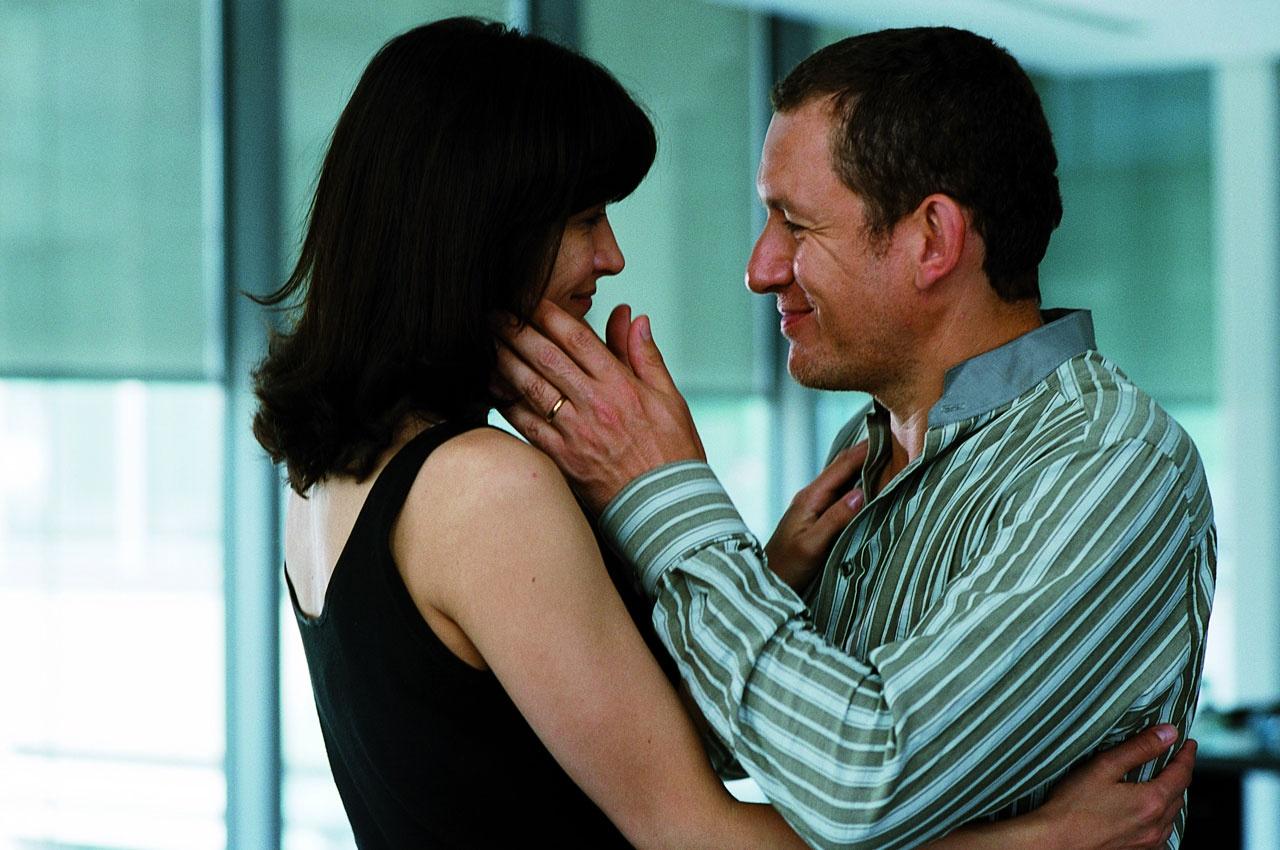 Sophie Marceau and Dany Boon in De l'autre côté du lit (2008)