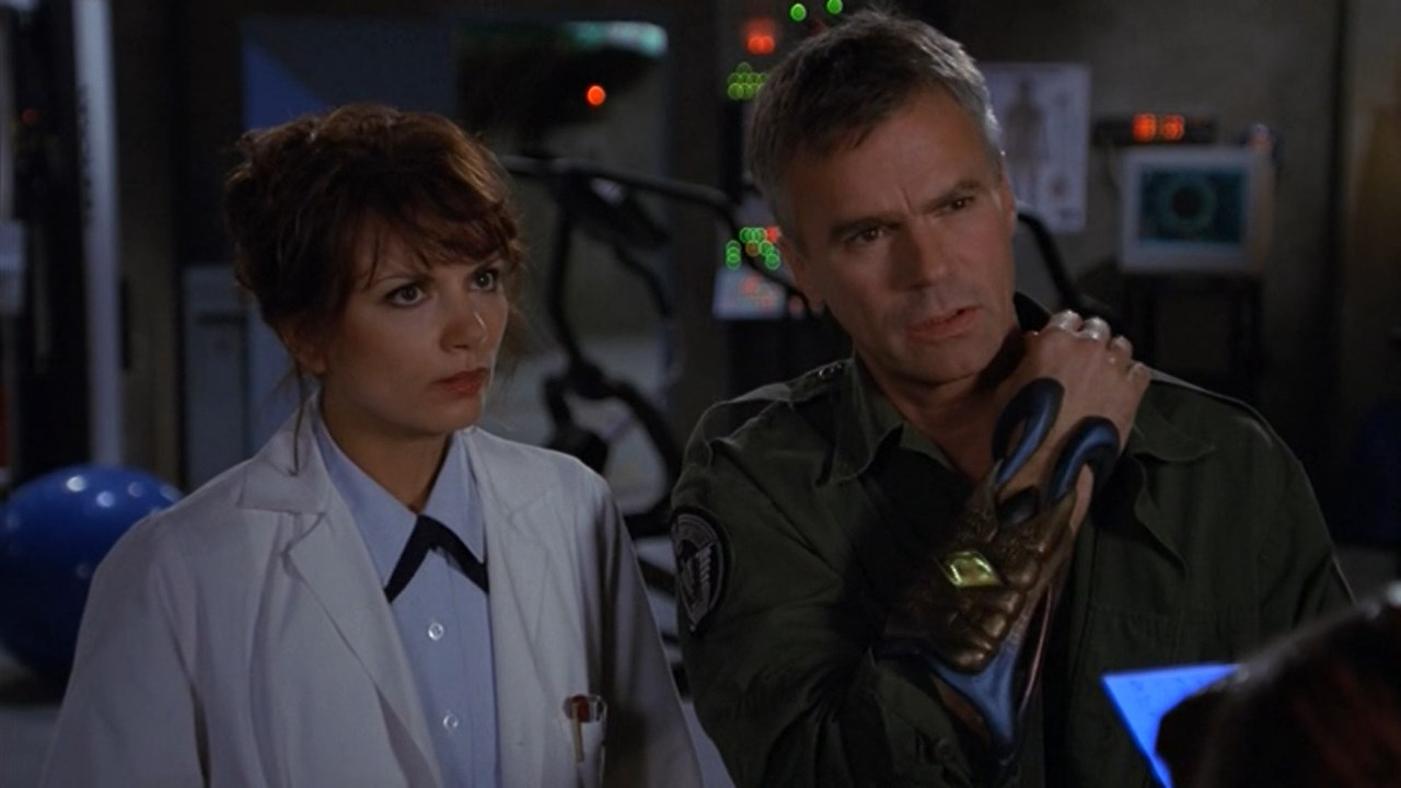 Richard Dean Anderson and Teryl Rothery in Stargate SG-1 (1997)