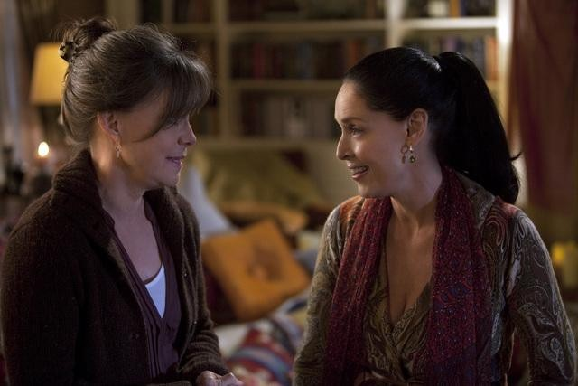 Sally Field and Sônia Braga in Brothers & Sisters (2006)