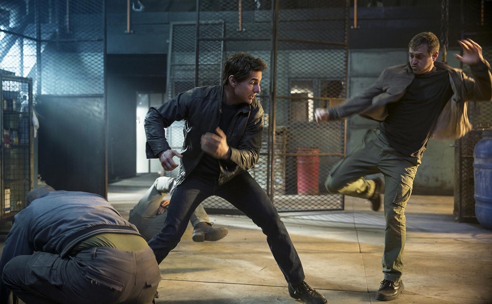Tom Cruise and Gordon Alexander in Jack Reacher: Never Go Back (2016)