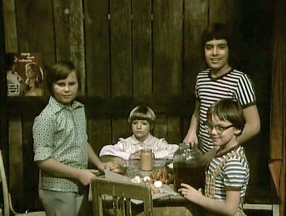 Lubor Cajka, Matej Landl, Pavel Lazar, and Zuzana Pravnanská in Spadla z oblakov (1978)