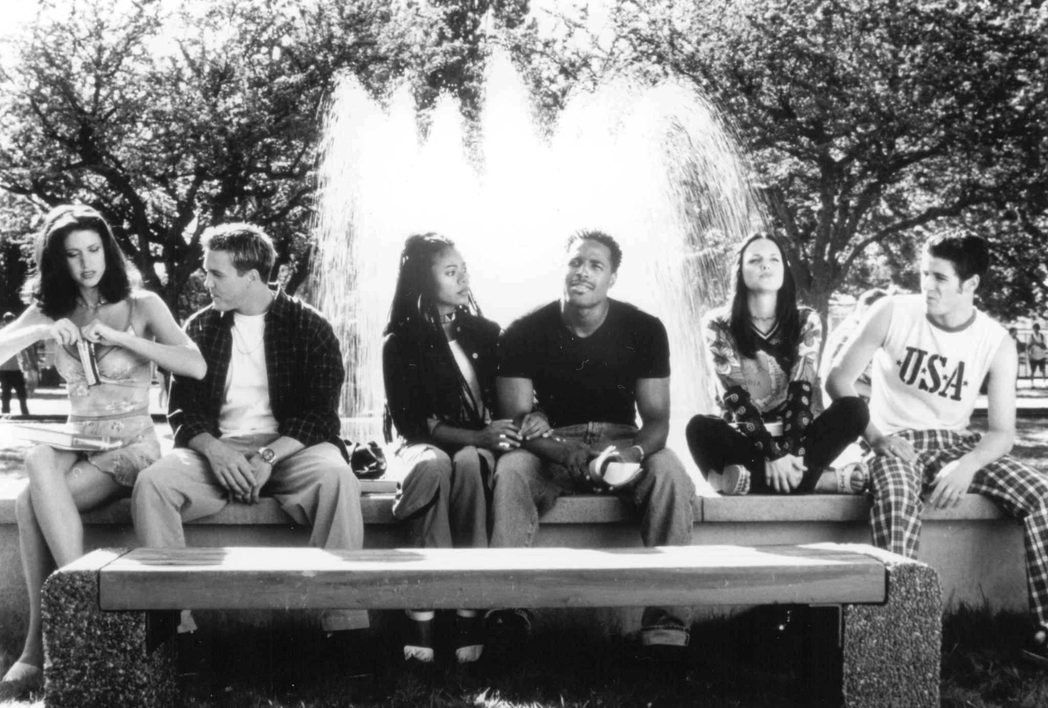 Shannon Elizabeth, Jon Abrahams, Anna Faris, Regina Hall, Lochlyn Munro, and Shawn Wayans in Scary Movie (2000)