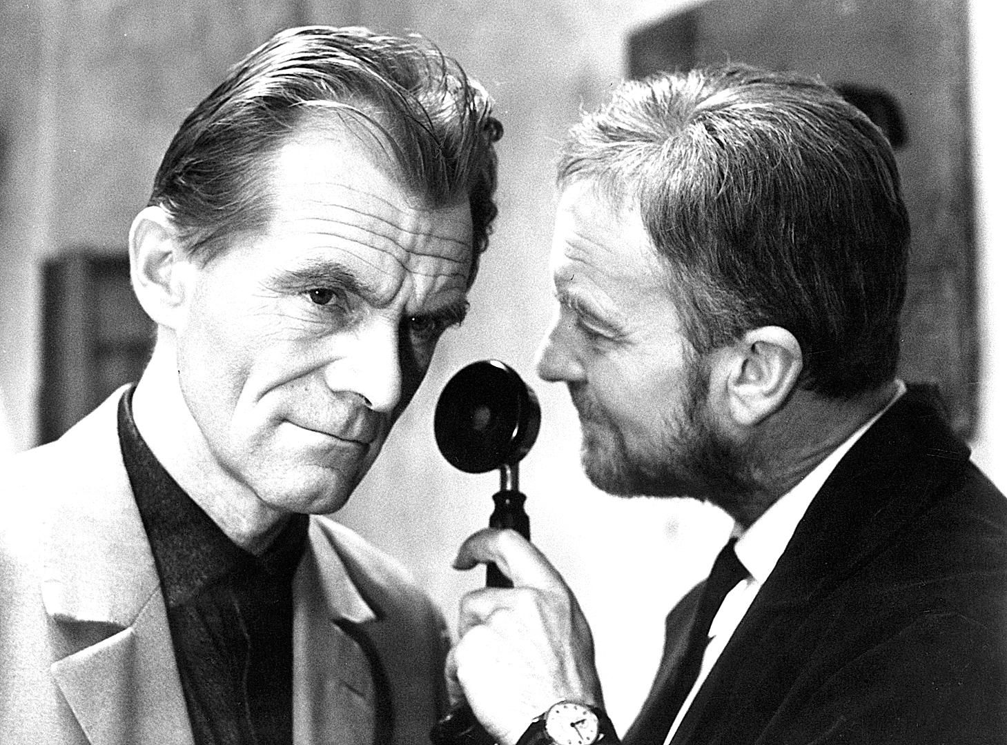 Radovan Lukavský and Miroslav Machácek in Pet miliónu svedku (1965)