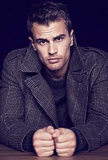 Theo James New Picture - Celebrity Forum, News, Rumors, Gossip