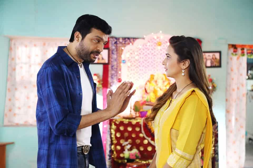 Ankush Chaudhari and Shivani Surve in Triple Seat (2019)