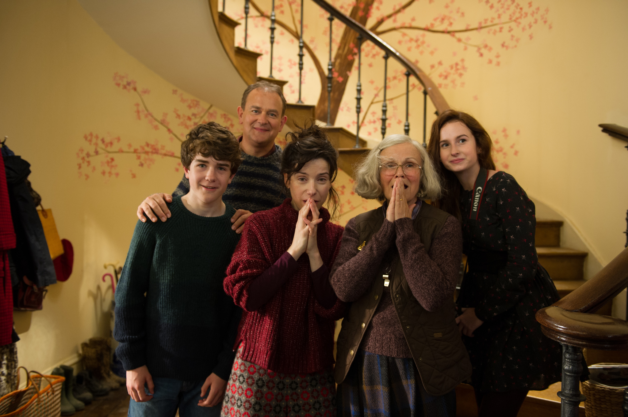 Hugh Bonneville, Julie Walters, Sally Hawkins, Madeleine Harris, and Samuel Joslin in Paddington 2 (2017)