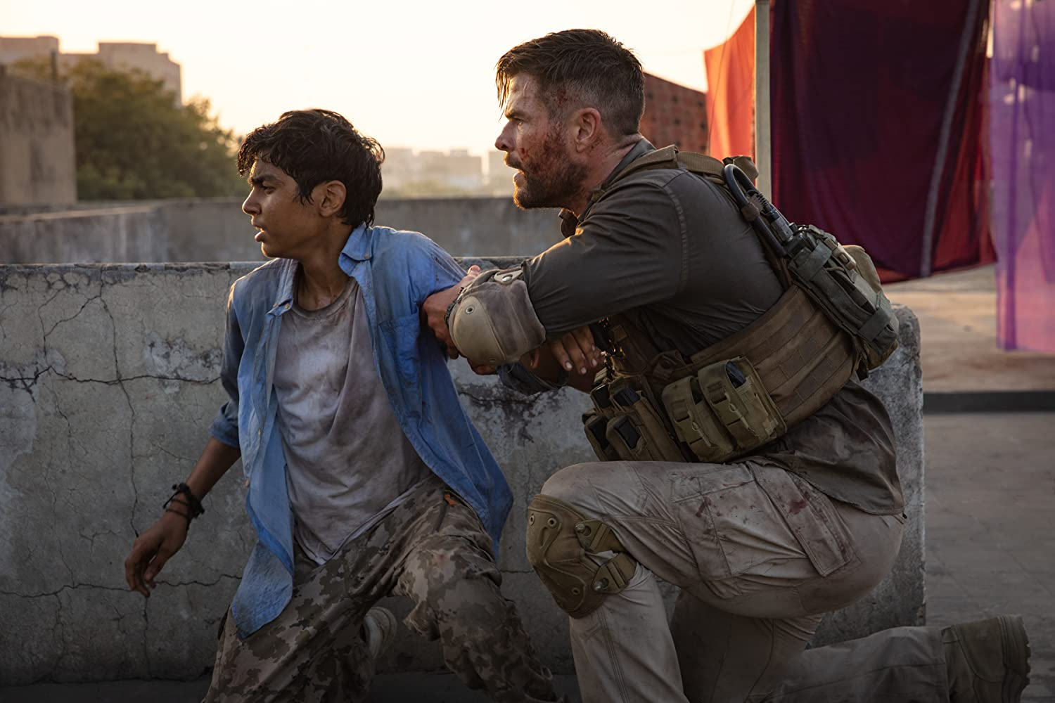 Chris Hemsworth and Rudhraksh Jaiswal in Extraction (2020)