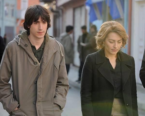 Taner Birsel and Ayça Bingöl in Öyle Bir Geçer Zaman ki (2010)