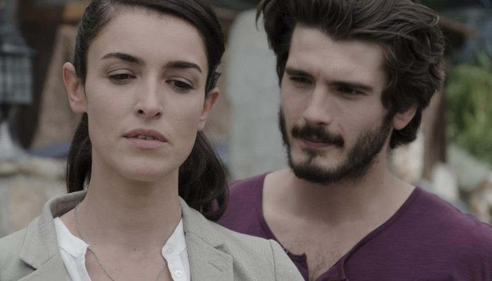 Yon González and Blanca Romero in Bajo sospecha (2014)