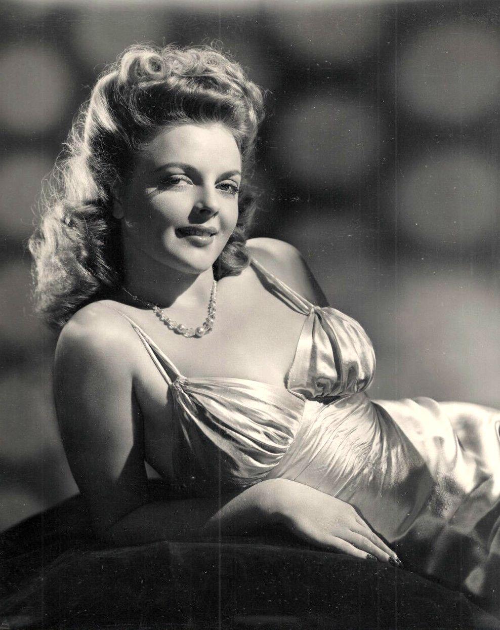 Juanita Stark in Thank Your Lucky Stars (1943)