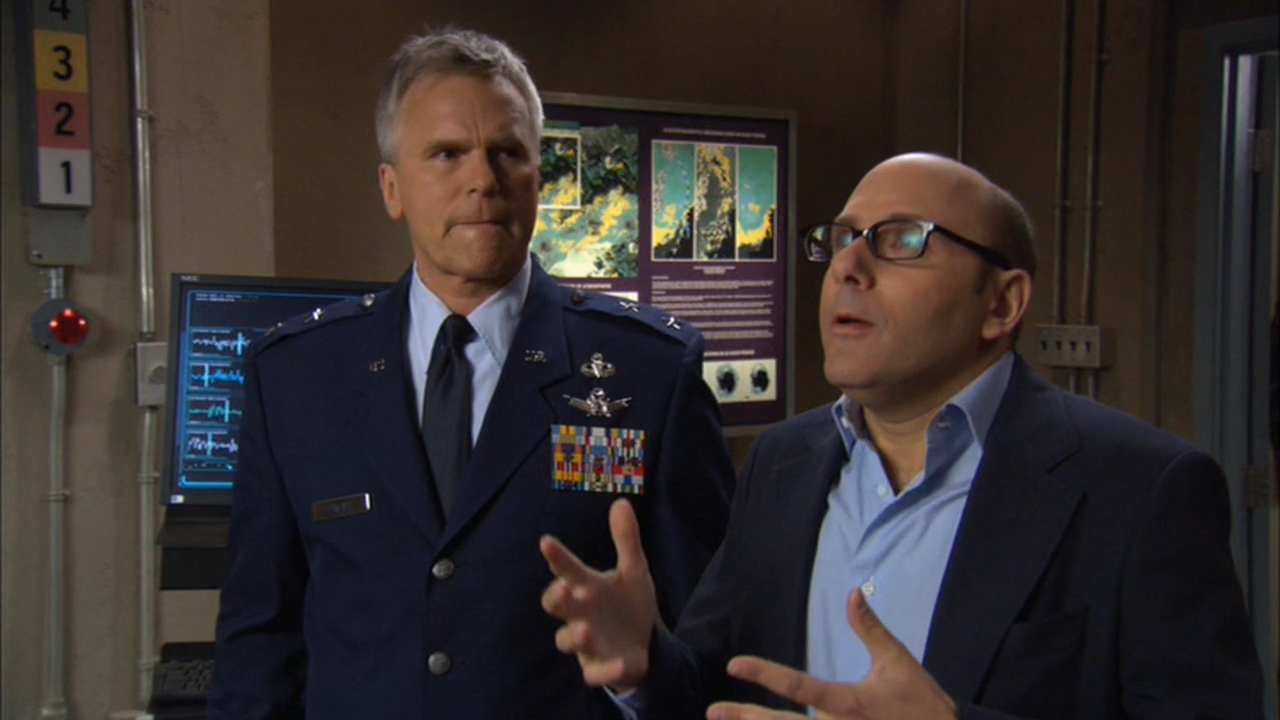 Richard Dean Anderson and Willie Garson in Stargate SG-1 (1997)
