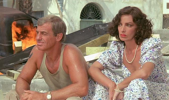 Jean-Paul Belmondo and Marie Laforêt in Les morfalous (1984)