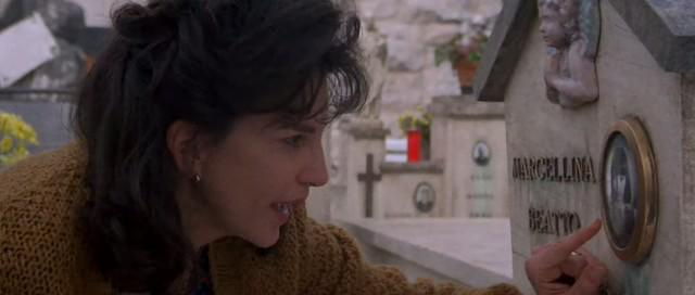 Mercedes Ruehl in Roseanna's Grave (1997)