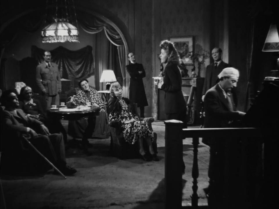 Suzy Delair, Jean Despeaux, Pierre Fresnay, Pierre Larquey, Maximilienne, Noël Roquevert, Odette Talazac, Jean Tissier, and Huguette Vivier in L'assassin habite... au 21 (1942)