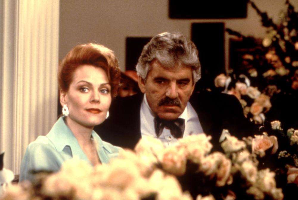 Dennis Farina and Gail O'Grady in That Old Feeling (1997)