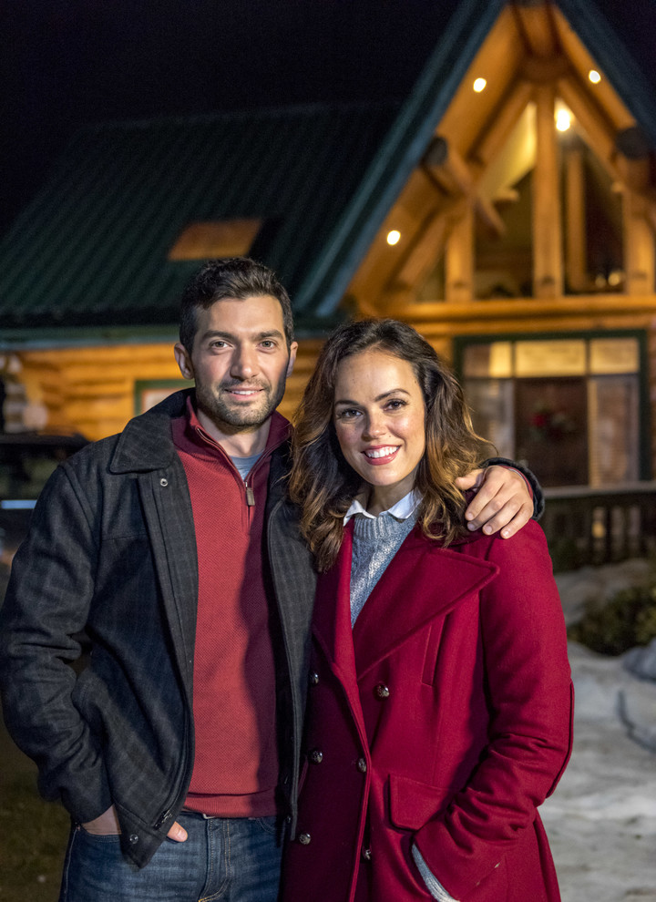 David Alpay and Erin Cahill in Sleigh Bells Ring (2016)
